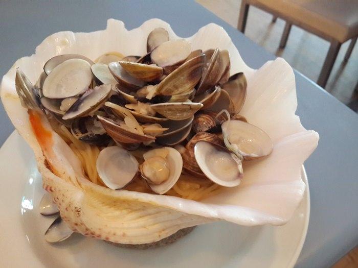 【國境之南.食記】- 沙灘小酒館.坐在大仁哥的位子上吃白酒蛤蜊義大利麵@香蕉灣