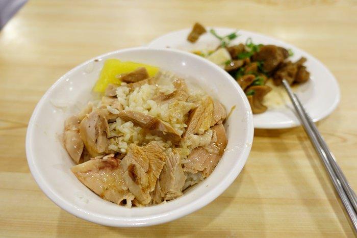 【嘉義.小吃】- 台北俗覺得不錯吃的.噴水雞肉飯